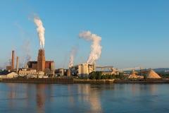 Εργοστάσιο εγγράφου όχθεων ποταμού στοκ εικόνες