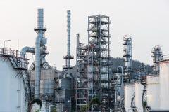 Εργοστάσιο εγκαταστάσεων καθαρισμού βιομηχανίας πετρελαίου στο ηλιοβασίλεμα, πετρέλαιο Στοκ φωτογραφίες με δικαίωμα ελεύθερης χρήσης