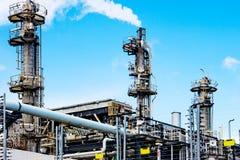 Εργοστάσιο επεξεργασίας αερίου στην ημέρα Στοκ εικόνα με δικαίωμα ελεύθερης χρήσης