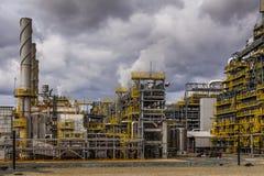 Εργοστάσιο διυλιστηρίων πετρελαίου στο νεφελώδη ουρανό, εργοστάσιο πετροχημικών, στοκ εικόνες