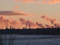 Εργοστάσιο καπνοδόχων με το μαύρο καπνό πέρα από τον ουρανό με το σύννεφο όταν χρόνος ηλιοβασιλέματος, βιομηχανία και έννοια ρύπα στοκ φωτογραφία