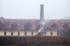 εργοστάσιο καπνοδόχων παλαιό Στοκ εικόνα με δικαίωμα ελεύθερης χρήσης
