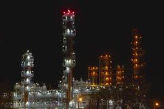 Εργοστάσιο με τα φωτεινά φω'τα στη νύχτα Στοκ εικόνα με δικαίωμα ελεύθερης χρήσης