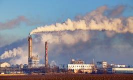 Εργοστάσιο με την ατμοσφαιρική ρύπανση στοκ εικόνα