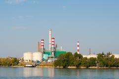 Εργοστάσιο με το μέρος των καπνοδόχων στην όχθη ποταμού Στοκ φωτογραφία με δικαίωμα ελεύθερης χρήσης