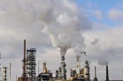 Εργοστάσιο με το σωρό καπνού στοκ εικόνα