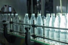 Εργοστάσιο νερού - ποτίστε την εμφιαλώνοντας γραμμή για την επεξεργασία και την εμφιάλωση των καθαρών νερών πηγής στα μικρά μπουκ Στοκ φωτογραφία με δικαίωμα ελεύθερης χρήσης