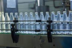Εργοστάσιο νερού - ποτίστε την εμφιαλώνοντας γραμμή για την επεξεργασία και την εμφιάλωση των καθαρών νερών πηγής στα μικρά μπουκ στοκ εικόνα με δικαίωμα ελεύθερης χρήσης
