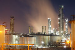 Εργοστάσιο πετροχημικών στη νύχτα Στοκ Εικόνες