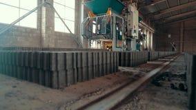 Εργοστάσιο πλακών επίστρωσης Κεραμίδια που συσσωρεύονται στις παλέτες Πλάκες επίστρωσης αποθηκών εμπορευμάτων στο εργοστάσιο για  απόθεμα βίντεο