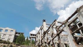 Εργοστάσιο που στηρίζεται στο υπόβαθρο μπλε ουρανού στοκ φωτογραφία