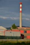Εργοστάσιο στην ηλιοφάνεια με την υψηλή καπνοδόχο στοκ εικόνες