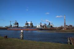 Εργοστάσιο χάλυβα στο λιμάνι IJmuiden στις Κάτω Χώρες με στοκ εικόνες