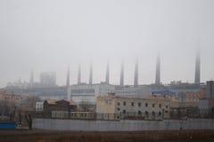 Εργοστάσιο χάλυβα με τις καπνοδόχους στην ομίχλη Στοκ Φωτογραφία