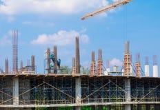 Εργοτάξιο και οικοδόμηση της κατοικίας στην εργασία laborer υπαίθρια που έχει το υπόβαθρο μπλε ουρανού γερανών πύργων με το αντίγ Στοκ εικόνα με δικαίωμα ελεύθερης χρήσης