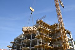 Εργοτάξιο οικοδομής, γερανός, ξύλινο κιβώτιο, σχοινιά, συγκεκριμένο consturction και ουσία στοκ εικόνα