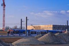 Εργοτάξιο οικοδομής και η νέα γραμμή τραμ στην περιοχή Bahnstadt Heidelberg's Ο σύγχρονος κινηματογράφος Luxor στο υπόβαθρο Στοκ Εικόνα