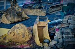 Εργοτάξιο οικοδομής μέσα κεντρικός τη νύχτα με το φτυάρι εκσκαφέων, τον εκσκαφέα και τον εξοπλισμό κατασκευής Στοκ εικόνα με δικαίωμα ελεύθερης χρήσης