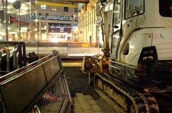 Εργοτάξιο οικοδομής μέσα κεντρικός τη νύχτα με το φτυάρι εκσκαφέων, τον εκσκαφέα και τον εξοπλισμό κατασκευής Στοκ φωτογραφία με δικαίωμα ελεύθερης χρήσης