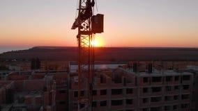 Εργοτάξιο οικοδομής με ένα μάτι πουλιών ` s Πυροβολισμός με τον κηφήνα πυροβολισμός βραδιού 4K απόθεμα βίντεο