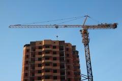 Εργοτάξιο οικοδομής με τους γερανούς για τα νέα σπίτια τούβλου στην πόλη στοκ φωτογραφίες με δικαίωμα ελεύθερης χρήσης