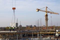 Εργοτάξιο οικοδομής με τους εργαζομένους στη στέγη Στοκ Φωτογραφίες
