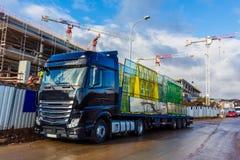 Εργοτάξιο οικοδομής με το γερανό και οικοδόμηση ενάντια στο μπλε ουρανό Blac Στοκ εικόνα με δικαίωμα ελεύθερης χρήσης