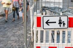 Εργοτάξιο οικοδομής με το πιάτο οδηγίας και το για τους πεζούς περιπατητή Στοκ εικόνα με δικαίωμα ελεύθερης χρήσης
