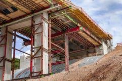 Εργοτάξιο οικοδομής μιας γέφυρας αυτοκινητόδρομων στοκ εικόνα με δικαίωμα ελεύθερης χρήσης
