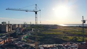 Εργοτάξιο οικοδομής μια ηλιόλουστη ημέρα Γερανός πύργων σε ένα εργοτάξιο οικοδομής φιλμ μικρού μήκους