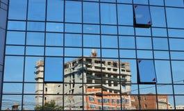 Εργοτάξιο οικοδομής που απεικονίζεται σε ένα κτίριο γραφείων Στοκ Φωτογραφία