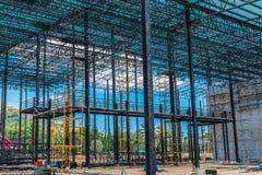 Εργοτάξιο οικοδομής που λειτουργεί, στέγη χάλυβα στοκ φωτογραφία με δικαίωμα ελεύθερης χρήσης