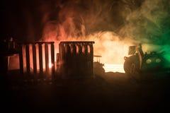 Εργοτάξιο οικοδομής σε μια οδό πόλεων Ένας κίτρινος digger εκσκαφέας που σταθμεύουν κατά τη διάρκεια της νύχτας σε ένα εργοτάξιο  Στοκ Εικόνες