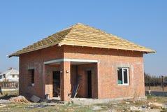 Εργοτάξιο οικοδομής σπιτιών τούβλου Κατασκευή υλικού κατασκευής σκεπής Στέγη με τα ξύλινες ζευκτόντα και τη μεμβράνη μόνωσης Στοκ φωτογραφία με δικαίωμα ελεύθερης χρήσης