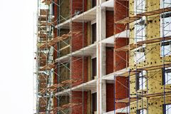 Εργοτάξιο οικοδομής σπιτιών τούβλου Σπίτι τούβλου οικοδόμησης κτηρίου Ατελής εγχώρια κατασκευή Στοκ φωτογραφία με δικαίωμα ελεύθερης χρήσης