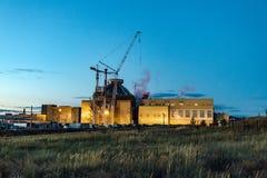 Εργοτάξιο οικοδομής του νέου πυρηνικού σταθμού τη νύχτα στοκ εικόνες