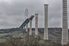 Εργοτάξιο οικοδομής γεφυρών κάτω από έναν δραματικό ουρανό Στοκ Εικόνα