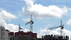 Εργοτάξιο οικοδομής ενάντια σε έναν μπλε ουρανό με τα επιπλέοντα σύννεφα απόθεμα βίντεο