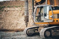 Εργοτάξιο οικοδομής, κτήριο εθνικών οδών με τα βιομηχανικά περιστροφικά μηχανήματα διατρήσεων Στοκ Εικόνες