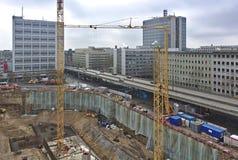 Εργοτάξιο οικοδομής με την ανασκαφή, γερανός, οδός, αυτοκίνητα, κυκλοφορία Στοκ Εικόνες