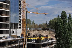 Εργοτάξιο οικοδομής με τον ουρανό και το δέντρο Στοκ Εικόνα