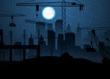 Εργοτάξιο οικοδομής με τους γερανούς στο νυχτερινό ουρανό και το φεγγάρι Στοκ Εικόνα
