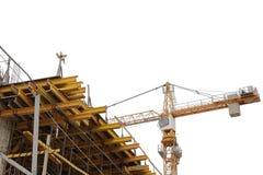 εργοτάξιο οικοδομής που απομονώνεται στο άσπρο υπόβαθρο Γερανός κατασκευής και μονολιθικοί συμπαγείς τοίχοι σε μια κινηματογράφησ Στοκ Εικόνες