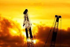 Εργοτάξιο οικοδομής σκιαγραφιών στο ηλιοβασίλεμα Στοκ εικόνα με δικαίωμα ελεύθερης χρήσης