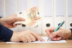 Εργοδότης ή επιχειρηματίας που παρουσιάζει πού να υπογράψει στην ανταλλαγή στις ΓΠ Στοκ φωτογραφία με δικαίωμα ελεύθερης χρήσης