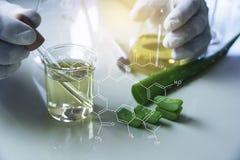 Ερευνητής με σωλήνες εργαστηριακής τους χημικούς δοκιμής γυαλιού με το υγρό για αναλυτικό, ιατρικός, φαρμακευτικός και τη επιστημ στοκ εικόνα