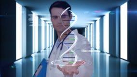 Ερευνητής που αναλύει το DNA φιλμ μικρού μήκους