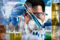 Ερευνητής που εργάζεται με τη δοκιμή σωλήνων στο ερευνητικό εργαστήριο στοκ εικόνες