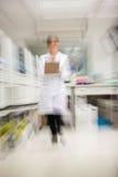 Ερευνητής που περπατά στο νοσοκομείο στοκ φωτογραφία