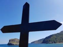 Ερημητήριο του San Juan de Gaztelugatxe στην κορυφή του νησιού Gaztelugatxe Vizcaya, βασκική χώρα Ισπανία Σταυρός που βλέπει στοκ φωτογραφίες